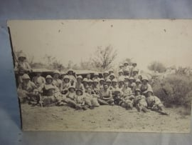 Postkaart foto met groep koloniale soldaten die poseren