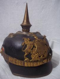 German officers spike helmet Würtemberg. war manufactering in case. Duitse pickelhaube officier deelstaat Würtemberg, oorlogsaanmaak, vuurverguld, grote maat met opbergkoffer. nooit aan gerommeld zo gevonden, TOP stuk.