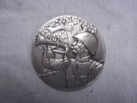 Dutch badge plaque.Nederlandse penning zilverkleurig Grenadier met bazuin, mooie afbeelding.