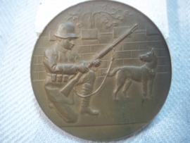 German medal 1926 from the Reichswehr. Duitse schietprijs van de Reichswehr, met opschrift en aparte voorstelling, Duitse soldaat met herdershond.