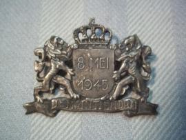 Bevrijdings en overgave speld 8 mei 1945 met Nederlands wapen je Maintendrai, met nieuwe speld, vermelding van 8 mei is zeer apart i.p.v. 5 mei.