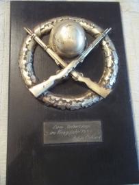 German plaque remembring a birthday. Duitse plaquette helm met 2 geweren, zeer apart