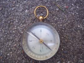 British officers compas. Engels kompas, in de vorm van een zakhorloge, officiers model. je kunt de naald vastzetten aan de zijkant.