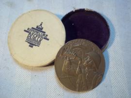 Dutch medal, Nederlandse penning met Nederlandse grenadier met bazuin, geen opschrift, in doosje van Koninklijke begeer Voorschoten, groot model 5 cm.