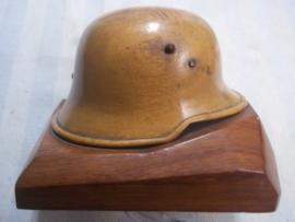 Miniture German helmet Model 1916 made of wood.  Miniatuur helm Duits WO1 gemaakt van hout, zeer apart. 10 bij 10 cm.