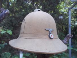 Italian pith helmet adopted  and used by the german army, KRIEGSMARINE. Italiaanse tropenhelm die ook gedragen werd door de Duitse Wehrmacht. Er waren vele aanpassingen, met wehrmacht emblemen of kriegsmarine adelaar.