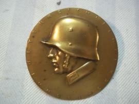 Koperen embleem voor een fotoalbum of presentatieboek, holle uitvoering. Oostenrijks leger, jaren 30-40.