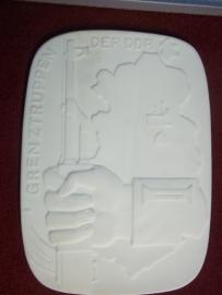 East- Germany plaq of the Border troops in Meissen china in case, DDR- NVA Meissen porceleinen plaquette in doos van de GRENZTRUPPEN .
