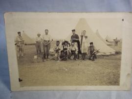 Postkaart foto, koloniale soldaten en kampement