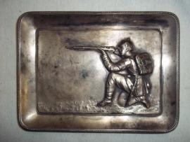 Silver plated saucer, with a German soldier. Verzilverd schaaltje met daarop een Duitse schietende soldaat met Pickelhaube, mooi gedetailleerd.