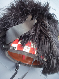 Scottish featherbonnet with badge. Schotse feather bonnet met maker, en embleem, gemaakt van struisvogel veren.