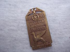 German tinnie, rally badge, Duitse tinnie, Nat.Soz. Grenzland treffen Karlsruhe sept. 1933 met maker.