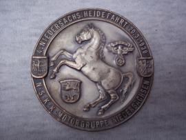 German plaque NSKK. Duitse plakette 6,5 cm doorsnee 4. Niedersächs. Heidefahrt 20-3-1938 NSKK Motorgruppe Niedersachsen, met maker.