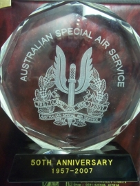 Crystal remembrance of the 50 th anniversary of the Australian Special Air Service.Herinnerings item van berg kristal Australische SAS. 1957- 2007