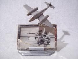 Aluminium fotolijstje, met een klein vliegtuigje, (straaljager) als versiering. Op de foto 2 soldaten jaren 50 in Engels uniform.