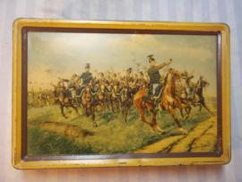 Tin with Belgium Lancers nice decorated.Blik met daarop Belgische Ulanen in gevecht zeer apart