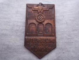 German tinnie, rally badge, Duitse tinnie Und ihr habt doch gesiegt. Hitler- Jugend 1923-1933 München. met maker Wittmann.