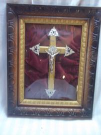 Ingelijst kruisbeeld achter gebold glas. goede staat.