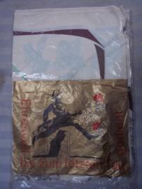 Herinnerings sjaal in originele verpakking. Ehrenvolll gedient bei der grenztruppen der DDR met militaire afbeeldingen.