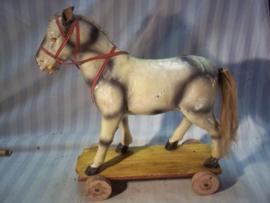Toy horse  25 cm, papier mange. Speelgoed trekpaardje gemaakt van papier mange. geheel compleet zeer bijzonder