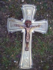 Bronzen Kruisbeeld, gesigneerd en bewerkt aan twee kanten zeer bijzonder. bronse cruxifix