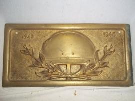Belgium remembrance plaque 1940- 1945 bronze, with the M31 helmet.Belgische plaquette, brons vuurverguld met daarop de Belgische helm en de jaartallen 1940-1945.