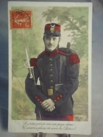Briefkaart met ingekleurde Franse soldaat met regimentsnummer op zijn kraag geschreven, gelezen staat
