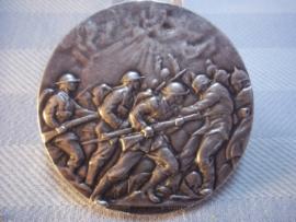 Very rare british medal ANZAC Engelse zilverkleurige penning, diameter 5 cm. met gevechtscene , Engelse soldaten tegen Duitse soldaten met pickelhauben. 1st. Australian Division rifle competition Brigade match 31-10-18 2nd Lieut.SSH COX 1st Batt. zeldzaam
