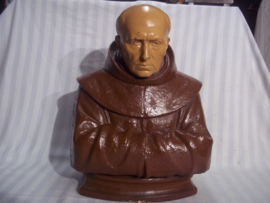 Gipsen buste, van een monnik, zeer mooi ingetogen beeld. Religieuze beelden met een eenvoudige en sombere uitstraling zijn moeilijk te vinden. eenvoud siert dit beeld. bustes van monniken zie je uberhaupt weinig.