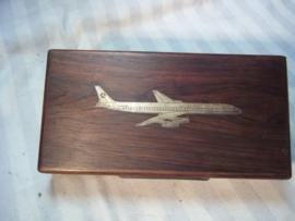 Houten kistje met daarin ingelegd een metalen vliegtuig van ATLANTIS, een Portugeese maatschappij.