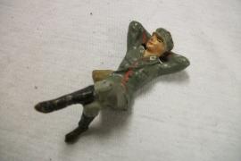 German soldier, resting. Duits speelgoed soldaatje rusten na gevecht