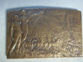 French bronze plaque, signed. Franse plaquette, gesigneerd, met militaire voorstelling en koloniale afbeeldingen.
