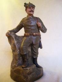 Statue Austrian soldier, Beeld Oostenrijkse soldaat biscuit perfekte staat gesigneerd, ZELDZAAM, mooi gesigneerd,er zijn ook andere afbeeldingen bekend, maar de soldaat met pickelhaube is toch wel zeer aantrekkelijk.
