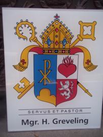 Uithangbord voor een monsieur, Bisschop van het Vaticaan, met Pauselijk embleem. groot model van plastic.