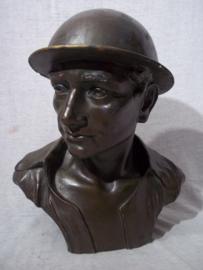 Statue of a British soldier with steelhelmet. signed G.CARLI - 1920-1949. Beeld van een Engelse soldaat met helm, gips, gebronsd, afmeting 30 x 25 x 20 cm. geicht 2,5 kilogram. Zeer net beeld.