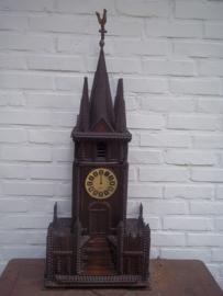 miniature church self made, Zelfgemaakte kerk of kapel, bestaat uit 3 delen, in het midden hebben ze een opbergkastje gemaakt zeer netjes gedaan. TOP bouwer. uit de jaren 40-50. geen uurwerk. afmeting  86 cm hoog, 21 cm diep en 34 vm breed ZEER DECORATIEF
