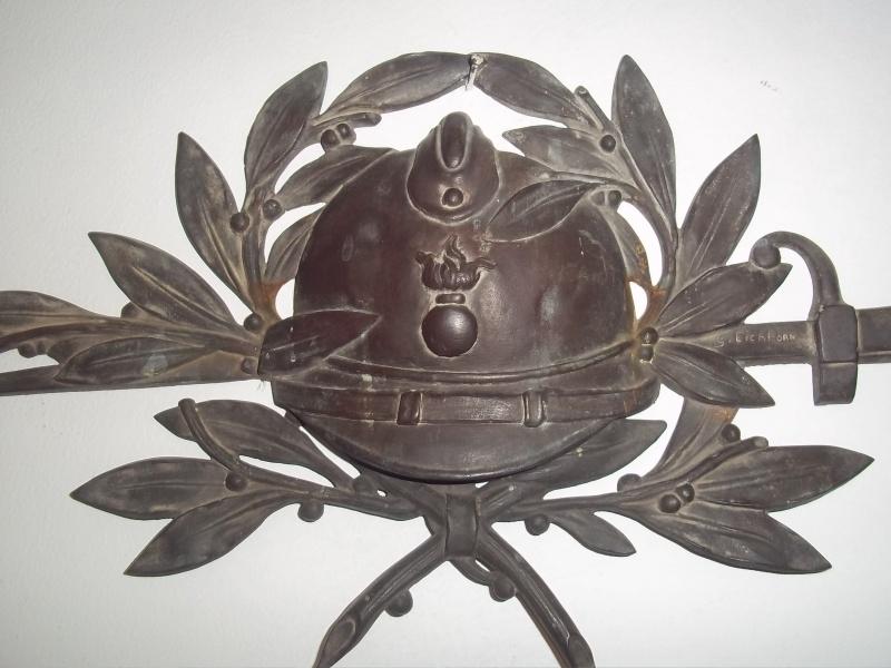 Bronze plaque gravememorial French helmet and bajonet. Bronzen grafplaat voor monument zeer bijzonder ontwerp, gesigneerd. Wereldoorlog 1 helm met lebel bajonet.