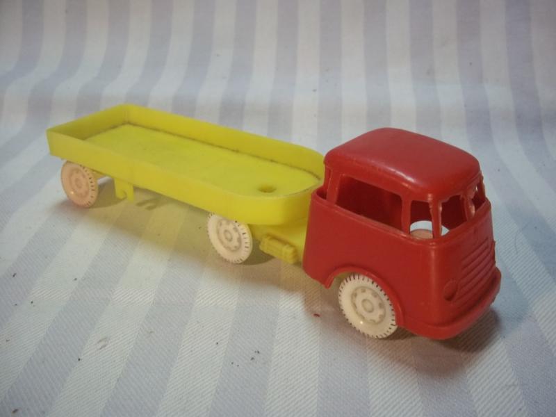 2 plastic DAF car trucks. Plastik DAF auto, jaren 60