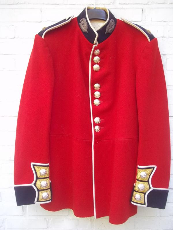 Ceremonial uniform  NCO of the Scots Guards. Ceremonieel uniform met goud geborduurde emblemen onder officier. zeer decoratief en mooi met die goudkant.