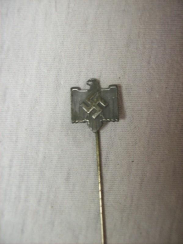German sport pin. Duits speldje van de sportbond achterop staat  NSRL. ges.gesch. goede staat