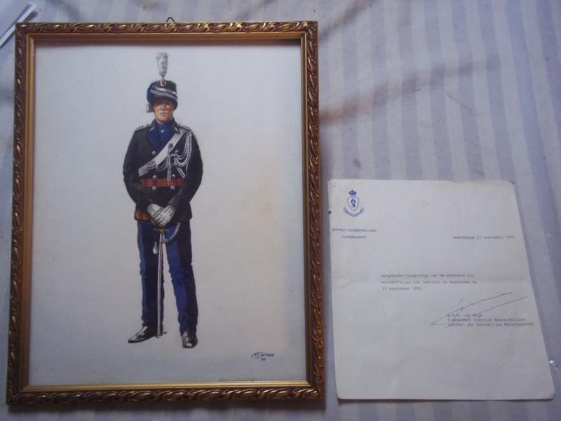 Aquarel van P.J. de Haas 1992 van een hoofdofficier bij de Koninklijke Marechaussee. tevens de brief van de hoofdofficier van Justitie  waarin de schenking staat. zeer leuk geheel