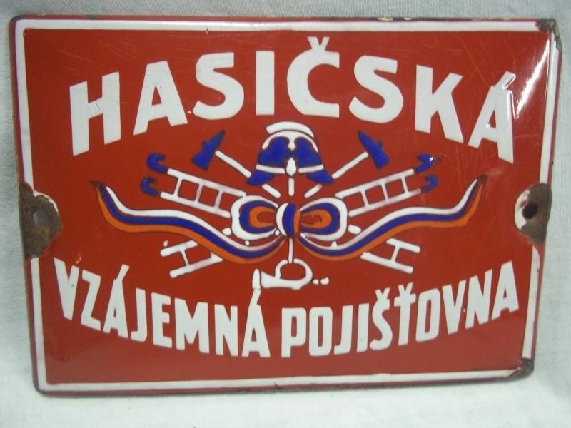 Croatian enamel small wallsign of a firestation. Geemailleerd deurpostbordje van een brandweerkazerne uit Kroatie.