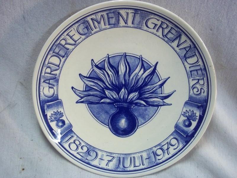 Dutch platter Regiment Grenadiers.Wandbord Garde regiment Grenadiers. 1979