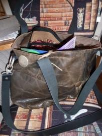 Bruine leren tas met stoere knopen.