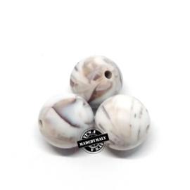 Siliconen kraal 15 mm. groot, wit met bruine marmer , per stuk