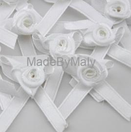 5 witte satijnen roosje met strikje