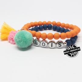 Naam armband 'pompom' en armband met bloem en kwastje  (2 armbanden)