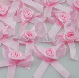 5 roze satijnen roosje met strikje