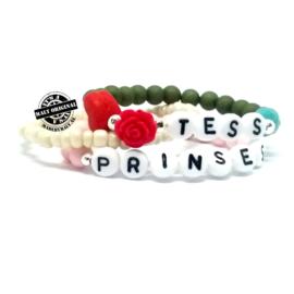 Naam armband met bloem en hart, telefoonnummer armband en uni armband.