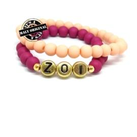 Naamarmband  en uni armbandenset. (2 armbanden)  Kies zelf je kleuren